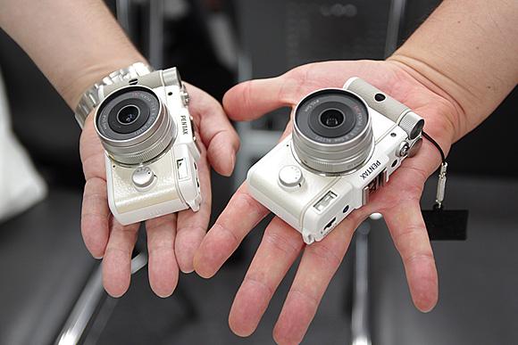 デジタル一眼の進化系。ナノ一眼「PENTAX Q」体験イベント:PENTAX Q 手のひらと比較